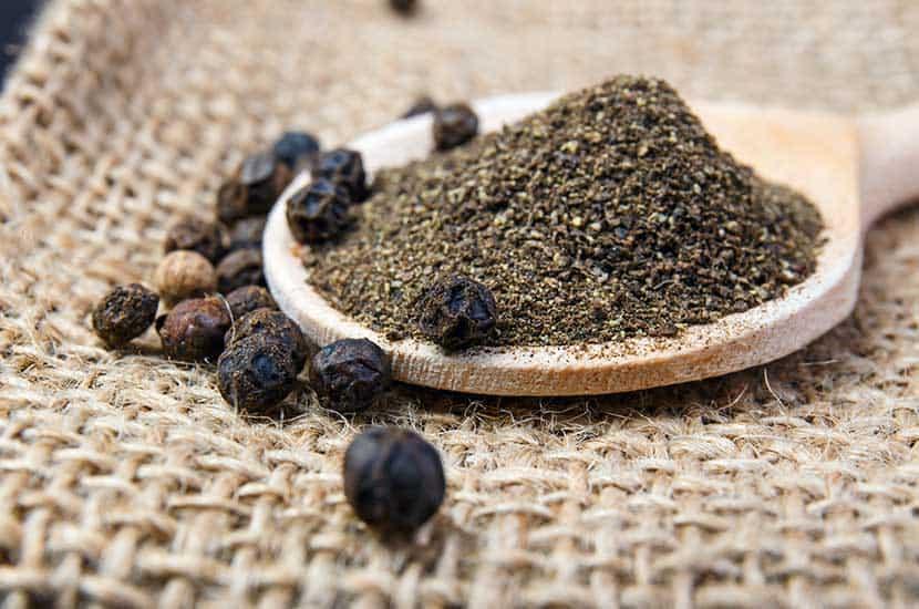La piperina de pimienta negra tiene efectos contra la obesidad