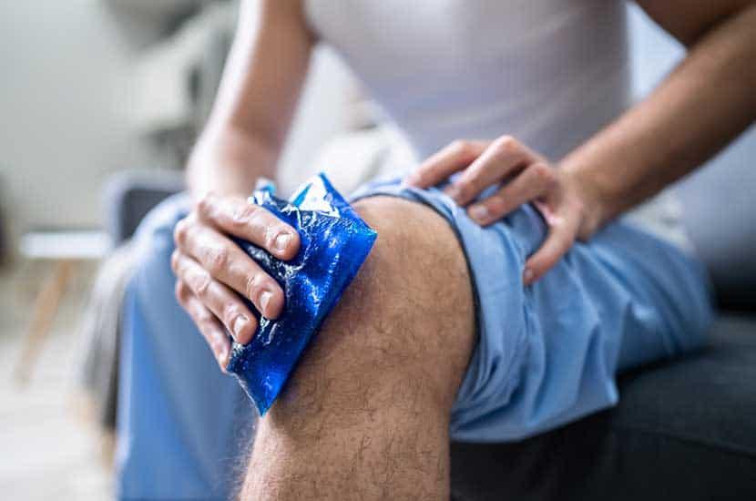 Aplique hielo o mantenga la rodilla elevada para mejorar los efectos de Knee Active Plus