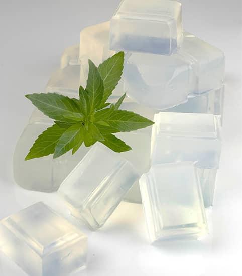 La glicerina actúa atrayendo agua a la superficie de la piel desde capas más profundas.
