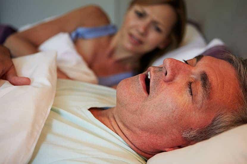 El ronquido ocurre cuando la respiración se bloquea durante el sueño.